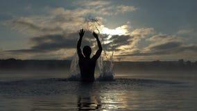 Szczęśliwe mężczyzna sztuki z jeziorem nawadniają zakrywają z mgiełką w mo zbiory