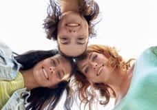 Szczęśliwe młode kobiety lub nastoletnie dziewczyny w okręgu Zdjęcie Royalty Free