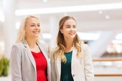 Szczęśliwe młode kobiety w centrum handlowym lub centrum biznesu obraz stock