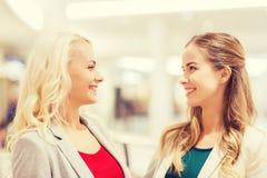 Szczęśliwe młode kobiety w centrum handlowym lub centrum biznesu fotografia stock