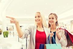 Szczęśliwe młode kobiety z torba na zakupy w centrum handlowym Obrazy Stock