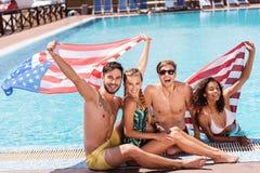 Szczęśliwe młodociane dziewczyny i faceci wydaje wakacje na lato kurorcie Zdjęcie Stock