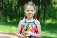 Szczęśliwe małe śliczne dziewczyn pozy z kwiatami Obraz Stock