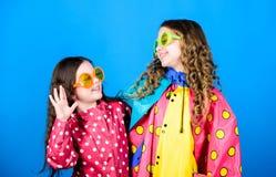 Szczęśliwe małe dziewczyny w kolorowym podeszczowym żakiecie Podeszczowa ochrona t?cza Jesieni moda rozochoceni modnisi?w dzieci, zdjęcie stock