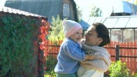 Szczęśliwe macierzyste sztuki z małą śliczną dziewczynką zdjęcie wideo