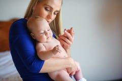 Szczęśliwe matek prasy pierś nowonarodzony dziecko Delikatnie rozważa i fotografia stock