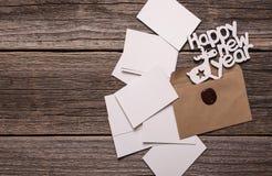 Szczęśliwe nowy rok kartki z pozdrowieniami Skład na drewnianych deskach zdjęcia stock