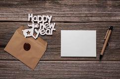 Szczęśliwe nowy rok kartki z pozdrowieniami Skład na drewnianych deskach fotografia stock