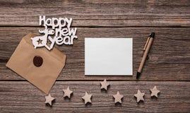 Szczęśliwe nowy rok kartki z pozdrowieniami Skład na drewnianych deskach zdjęcia royalty free