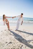 Szczęśliwe pary mienia ręki i opierać lub strony Zdjęcie Royalty Free
