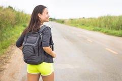 Szczęśliwe podróży przygody Kobieta podróżnika backpacking zdjęcie stock