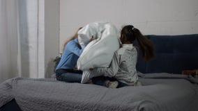 Szczęśliwe różnorodność dziewczyny ma poduszki walkę w domu zdjęcie wideo