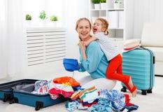 Szczęśliwe rodziny dziecka i matki córki walizki pakowali dla vaca zdjęcia royalty free