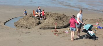 Szczęśliwe rodziny na plażowej Szerokiej przystani Sierpień 2018 obraz stock