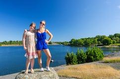 Szczęśliwe siostry na urlopowej pogodnej wycieczce Zdjęcie Royalty Free