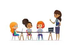Szczęśliwe skautki siedzi przy laptopami i uczy się programowanie podczas lekci, uśmiechnięty żeński oddziału wojskowego lider st ilustracja wektor