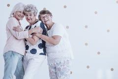 Szczęśliwe starsze kobiety cieszy się spotkania obrazy royalty free