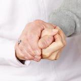 Szczęśliwe starsze pary mienia ręki obraz stock
