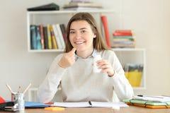 Szczęśliwe studenckie mienie witaminy nadprograma pigułki Fotografia Stock