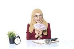szczęśliwe twarzy kobiety liczy banknot lub pieniądze Obraz Stock