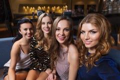 Szczęśliwe uśmiechnięte kobiety bierze selfie przy noc klubem Fotografia Royalty Free