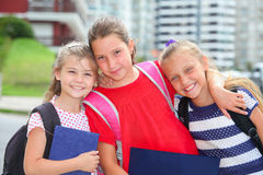 Szczęśliwe uczennicy z plecakami obraz stock