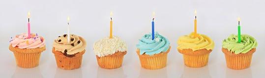szczęśliwe urodzinowe babeczki zdjęcia royalty free