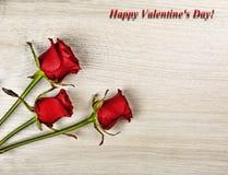 Szczęśliwe walentynki ` s dnia róże na desktop blisko laptopu Karta Poczęcie: Gratulacje na walentynki ` s dniu przez W Zdjęcia Royalty Free