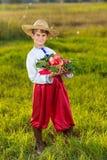 Szczęśliwego średniorolnego chłopiec chwyta Organicznie jabłka w jesieni Uprawiają ogródek fotografia stock