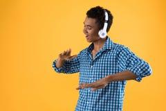 Szczęśliwego Afro Amerykański nastolatek w hełmofonów tanczyć obraz stock