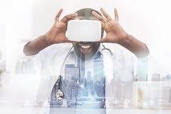 Szczęśliwego amerykanina afrykańskiego pochodzenia doktorscy jest ubranym wirtualni szkła zdjęcie stock