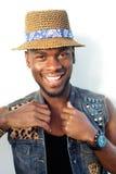 Szczęśliwego amerykanina afrykańskiego pochodzenia mody męski model z kapeluszem Zdjęcie Royalty Free