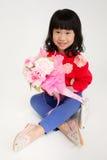 Szczęśliwego azjatykciego dziecko ręki mienia różany bukiet Obrazy Royalty Free