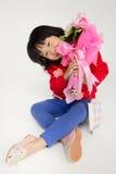 Szczęśliwego azjatykciego dziecko ręki mienia różany bukiet Fotografia Stock
