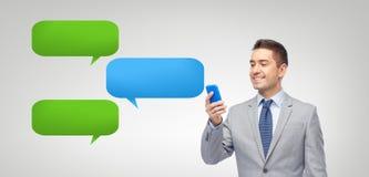 Szczęśliwego biznesmena texting wiadomość na smartphone ilustracja wektor