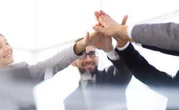 Szczęśliwego biznesu drużynowa daje wysokość pięć w biurze zdjęcie royalty free