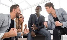 Szczęśliwego biznesu drużynowy dyskutuje nowy handlowy projekt obraz royalty free