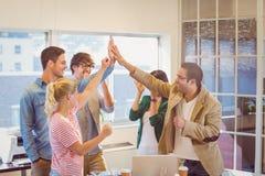 Szczęśliwego biznesu ręk drużynowi robi czeki Fotografia Stock