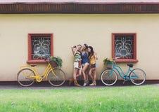 Szczęśliwego boho dziewczyn modna poza z bicykl pobliską domową fasadą Zdjęcia Stock
