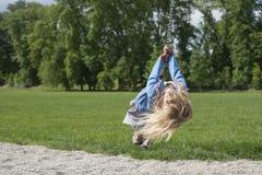 Szczęśliwego dziecka blond dziewczyna (wiek 5) ono pozbywa się na Latającego Fox sztuki wyposażeniu w children boisku obraz royalty free