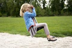 Szczęśliwego dziecka blond dziewczyna (wiek 5) ono pozbywa się na Latającego Fox sztuki wyposażeniu w children boisku zdjęcie stock