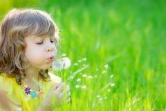 Szczęśliwego dziecka dandelion podmuchowy kwiat outdoors Obrazy Royalty Free