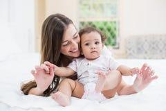 szczęśliwego dziecka matki grać Fotografia Stock