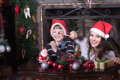 Szczęśliwego dziecka pomaga matka dekoruje Zdjęcie Stock