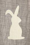 Szczęśliwego Easter kartka z pozdrowieniami drewniany tło z królikiem dla deco zdjęcie royalty free