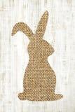 Szczęśliwego Easter kartka z pozdrowieniami drewniany tło z królikiem dla deco fotografia stock