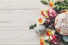 Szczęśliwego Easter mieszkania nieatutowego, eleganckiego Easter jajka, chlebowi i malujący dalej Obrazy Royalty Free