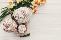 Szczęśliwego Easter mieszkania nieatutowego, eleganckiego Easter jajka, chlebowi i malujący dalej Obrazy Stock