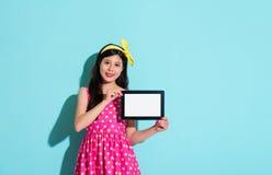 Szczęśliwego eleganckiej kobiety mienia mobilna cyfrowa pastylka Obrazy Royalty Free