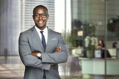 Szczęśliwego firma lidera CEO szefa wykonawcza pozycja przed firma budynkiem obrazy stock
